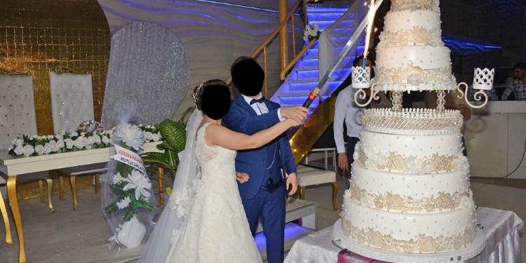 Düğün Salonunda Pasta Kesilirken Çalan Şarkılar