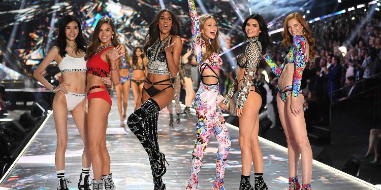 İkonik Victoria's Secret Podyum Görünümlerinden Modelleri Tanıyabilecek Misin?